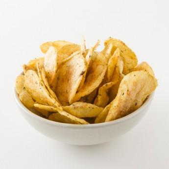 Bol de chips aux herbes et à la tomates